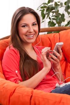 Belle femme écouter de la musique au casque