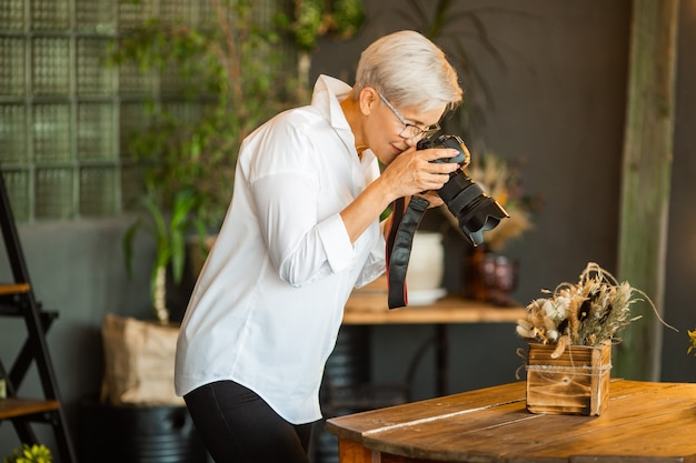 Belle femme élégante âgée avec composition de photographies de lunettes