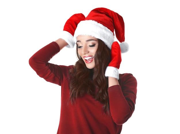 Belle femme émotive dans le chapeau de noël et les gants rouges d'hiver