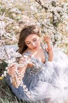 Belle femme enceinte dans un jardin fleuri