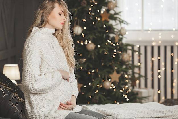 Belle femme enceinte avec décoration de noël