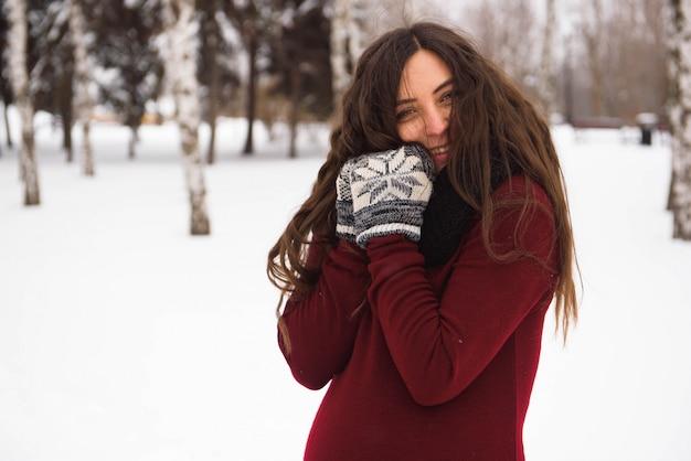 Une belle femme enceinte en plein air dans un parc enneigé