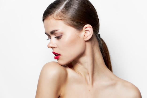 Belle femme épaules nues peau claire rouge à lèvres