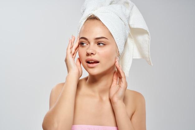 Belle femme épaules nues traitement de l'acné dermatologie. photo de haute qualité