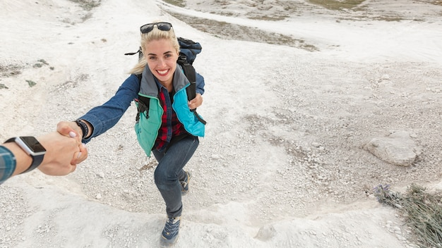 Belle femme escalade montagne