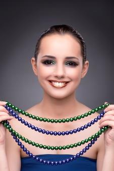 Belle femme exhibant ses bijoux dans le concept de mode