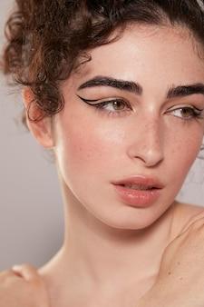 Belle femme avec eye-liner noir