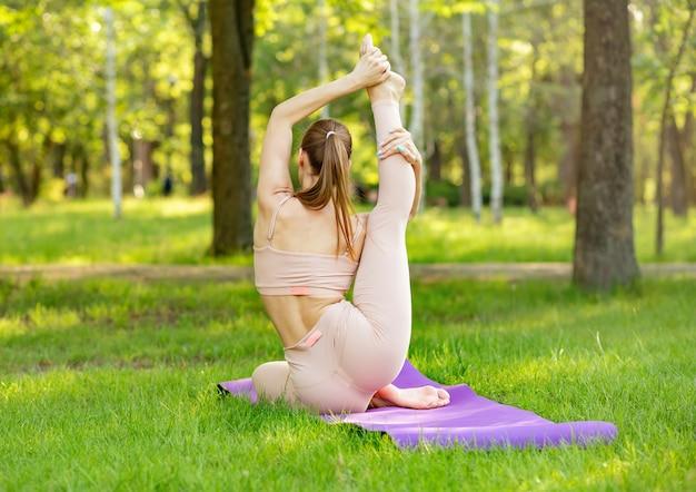 Belle femme faisant du yoga, méditant. mode de vie sain