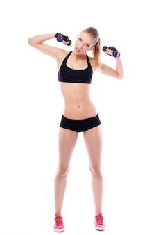 Belle femme faisant des exercices avec des haltères