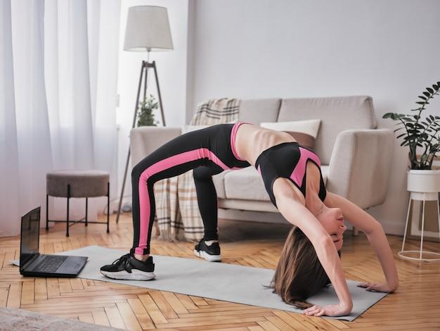 Belle femme faisant des exercices à la maison