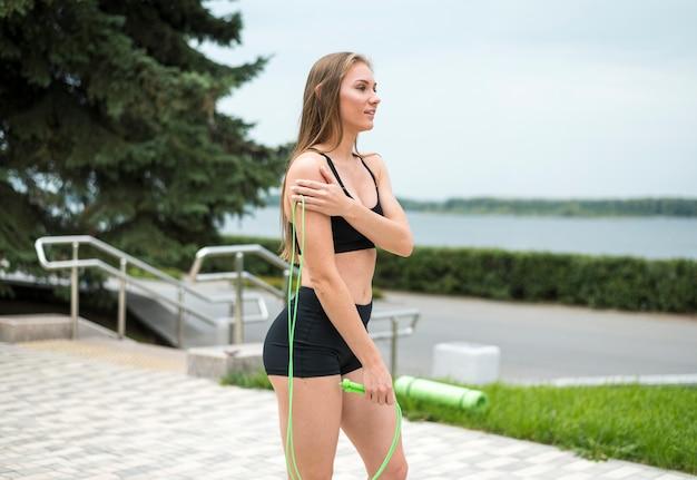 Belle femme faisant des exercices en plein air