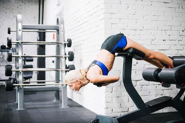 Belle femme faisant des exercices pour le dos