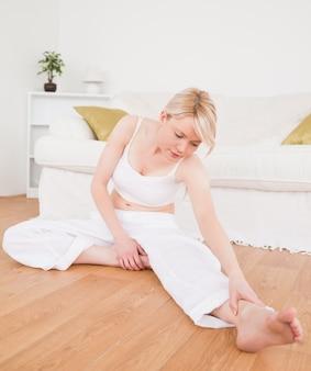 Belle femme faisant des exercices de remise en forme