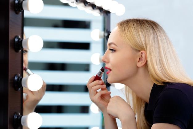 Belle femme faisant le maquillage du soir