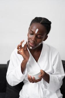 Belle femme faisant un soin du visage à la maison