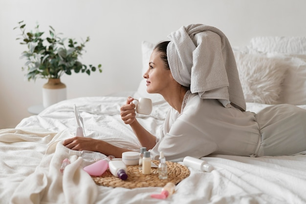 Belle femme faisant un traitement d'auto-soins à l'intérieur