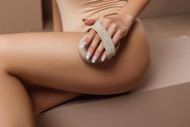 Belle femme fait un massage avec une brosse sèche