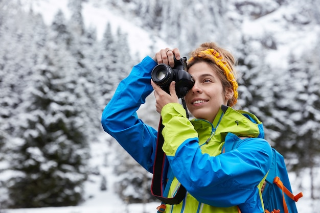 Belle femme fait une photo sur un appareil photo professionnel
