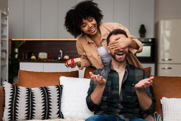 Belle femme fait une surprise à son petit ami
