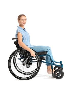 Belle femme en fauteuil roulant sur blanc