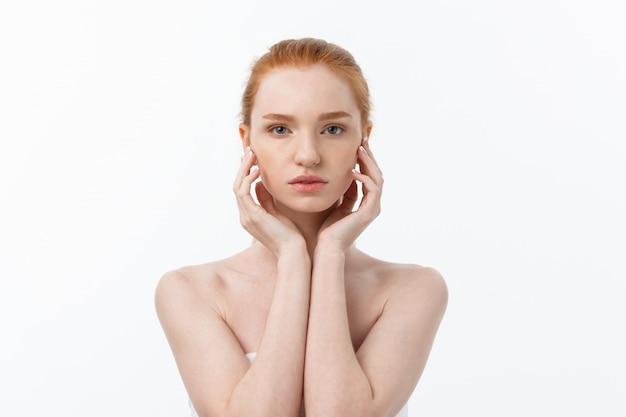 Belle femme femme peau soins cheveux et peau saine bouchent portrait beauté visage.