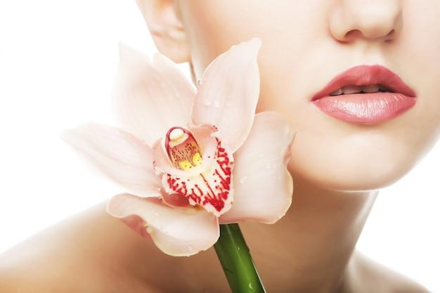 Belle femme avec fleur rose