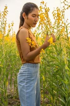 Belle femme avec fleur