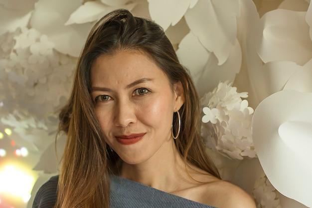 Belle femme avec des fleurs blanches