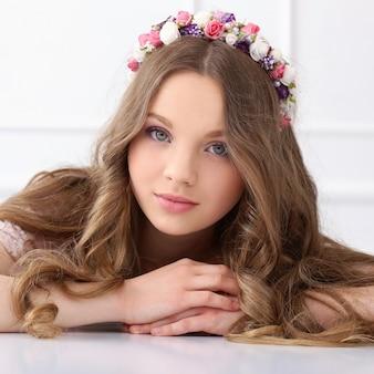 Belle femme avec des fleurs à la tête