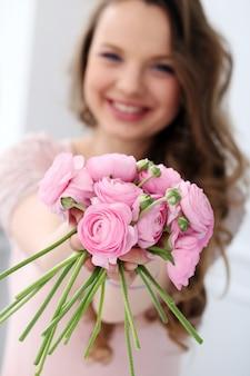 Belle femme avec des fleurs