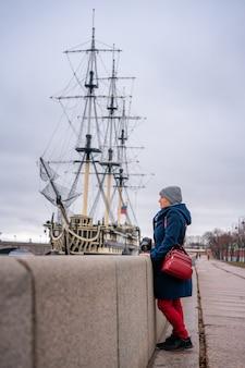 Belle femme sur le front de mer près du navire