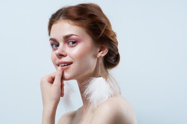 Belle femme avec le glamour gris pelucheux de cosmétiques de bijoux