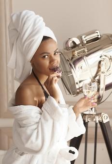 Belle femme glamour en peignoir bénéficiant d'un week-end bien-être