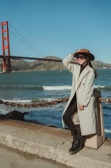 Belle femme golden gate bridge san francisco en californie
