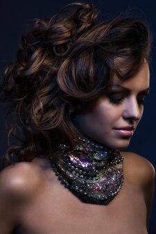 Belle femme avec gros collier
