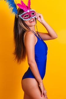 Belle femme habillée pour la nuit de carnaval. femme souriante prête à profiter du carnaval avec masque