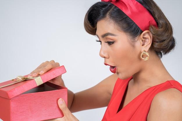 Belle femme heureuse avec une boîte cadeau surprise