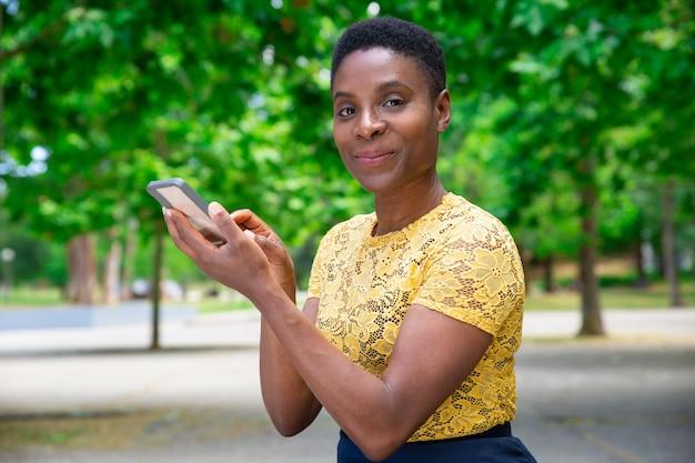 Belle femme heureuse texto ami ou petit ami