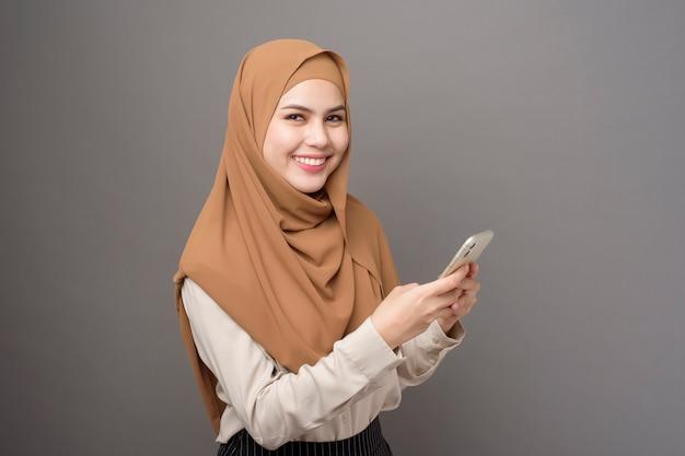 Belle femme avec hijab parlant au téléphone