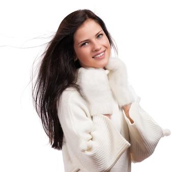 Belle femme hiver isolée sur blanc