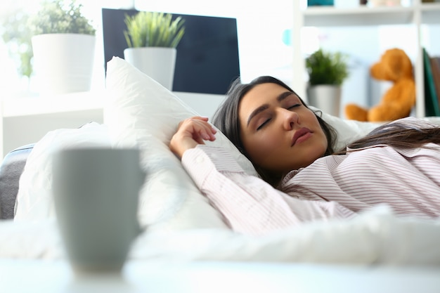 Belle femme indienne couchée paisiblement