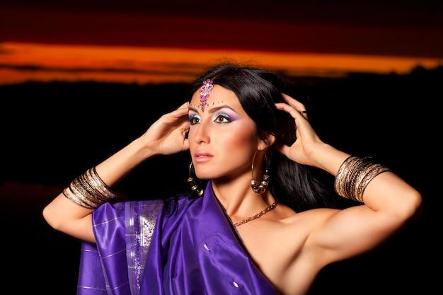 Belle femme indienne à la mode traditionnelle