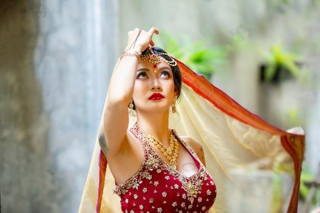 Belle femme indienne portant un sari femme dans des vêtements indiens ethniques