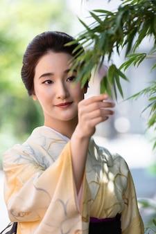 Belle femme japonaise dans un kimono à l'extérieur