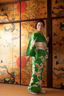 Belle femme japonaise dans un kimono vert
