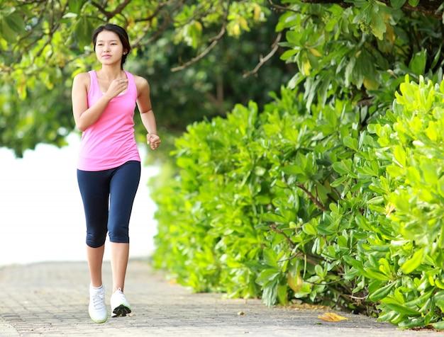 Belle femme jogging sur la plage