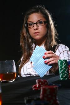 Belle femme jouant au poker