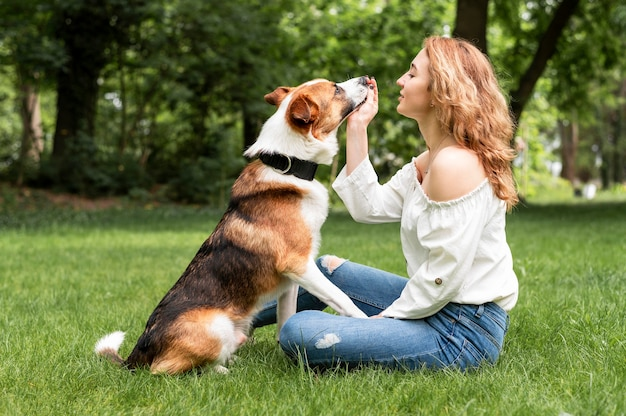Belle femme jouant avec un compagnon dans le parc