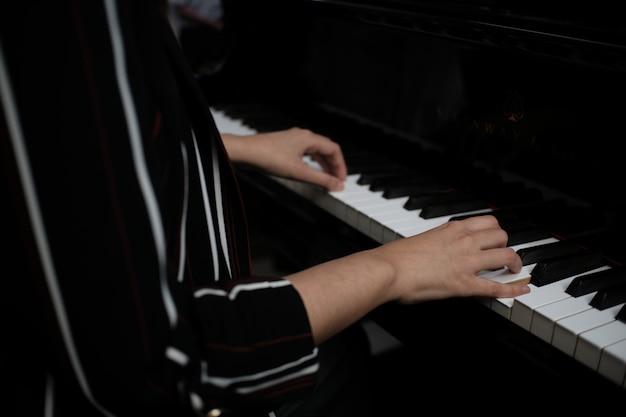 Belle femme jouant du piano, apprendre à jouer du piano.