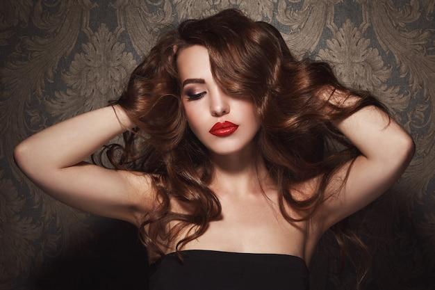 Belle femme avec des lèvres rouges